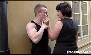 Fat mature wife pays youthful boy 50 Euros be incumbent on a blowjob